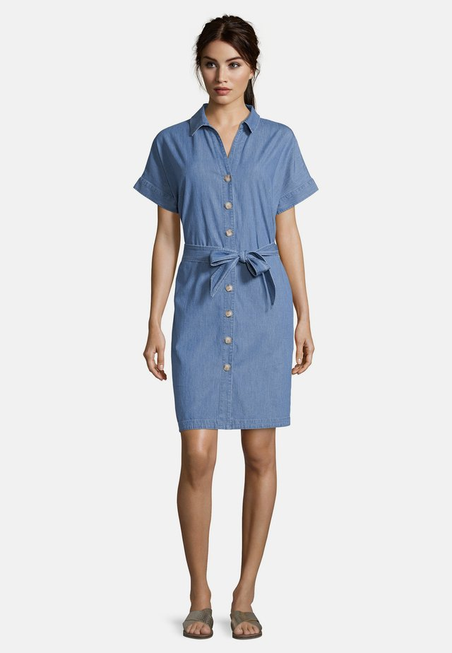 MIT GÜRTEL - Denim dress - blau