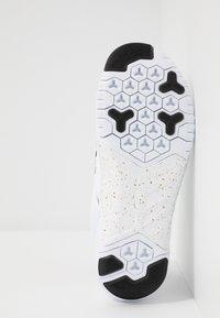 Nike Performance - FREE METCON  - Kuntoilukengät - white/metallic gold/black - 4