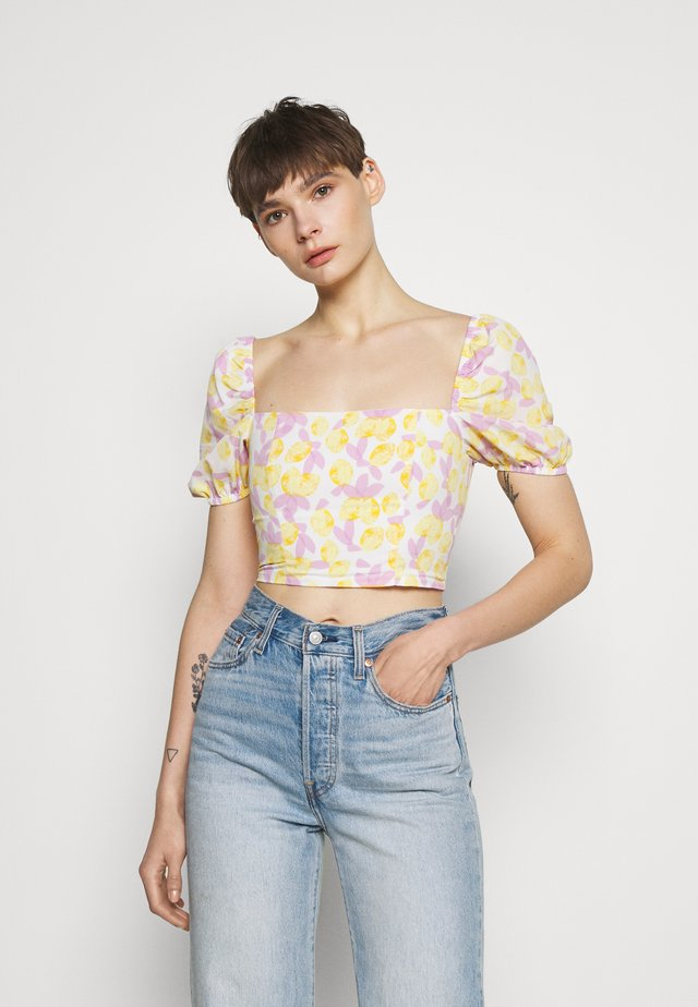 MAYA WITH PUFF SHORT SLEEVES AND LOW NECKLINE - Triko spotiskem - yellow/lilac
