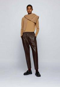 BOSS - TAJOGY - Pantalon de survêtement - dark brown - 1