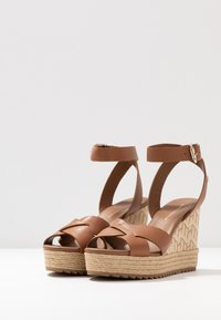 Tommy Hilfiger - TH RAFFIA HIGH WEDGE SANDAL - Sandalias de tacón - summer cognac - 4