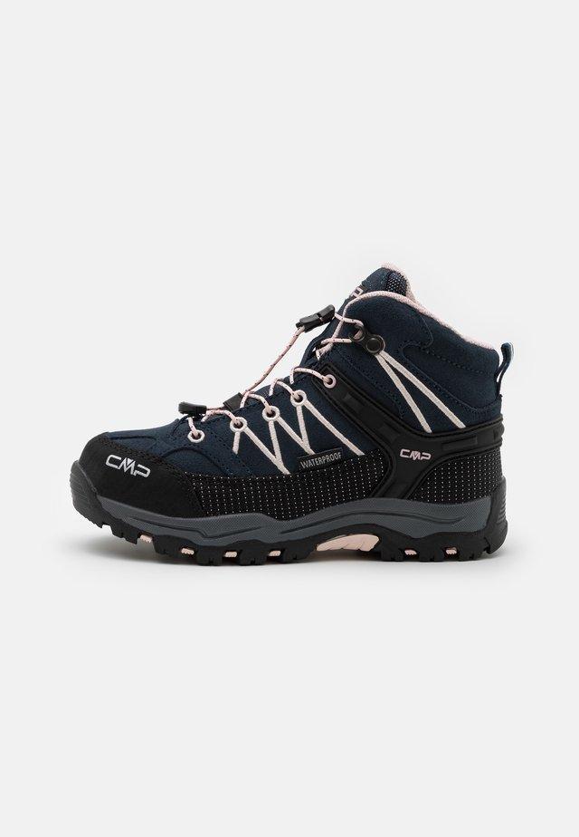 KIDS RIGEL MID SHOE WP UNISEX - Chaussures de marche - asphalt/rose