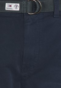 Tommy Jeans - TAPERED BELTED PANT - Chinos - dark blue - 2