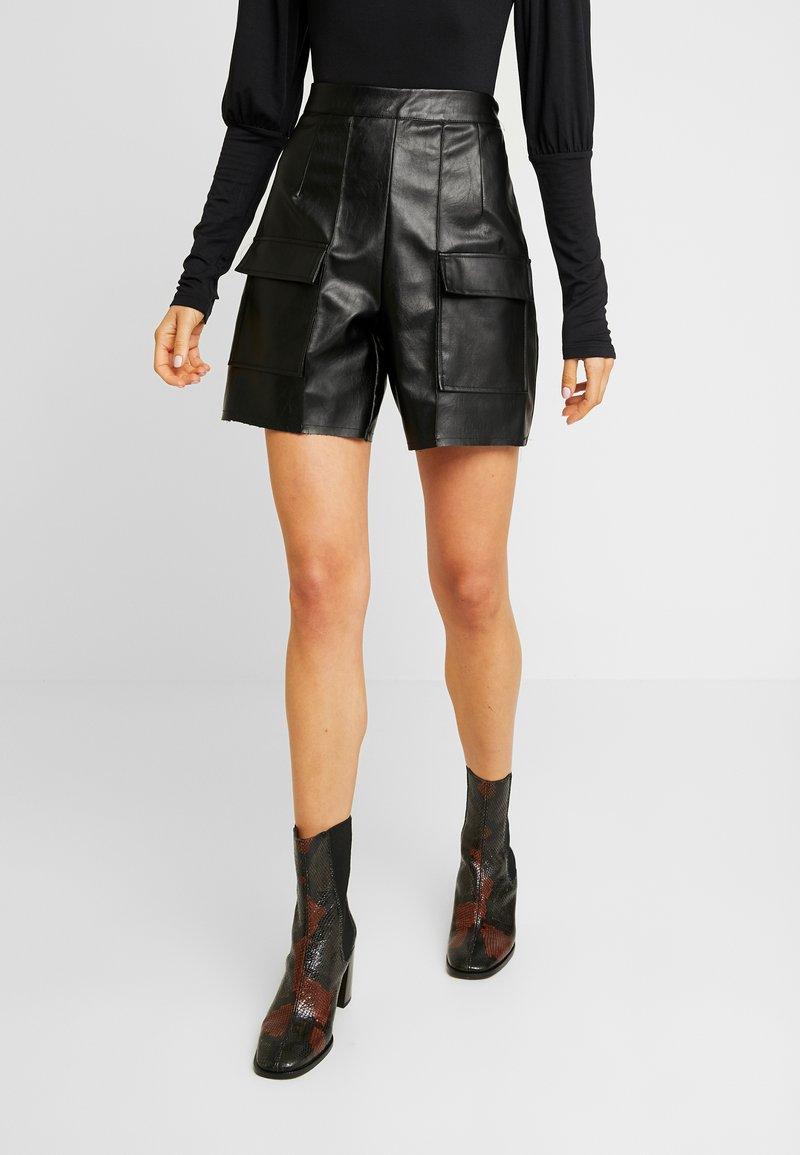 Missguided - JORDAN LIPSCOMBE PU UTILITY SHORT - Shorts - black