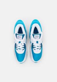 Nike Sportswear - AIR MAX 90 FLYEASE  UNISEX - Tenisky - white/laser blue/industrial blue - 3