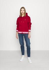 Tommy Jeans - BRANDED HEM HOOD - Bluza z kapturem - wine red - 1