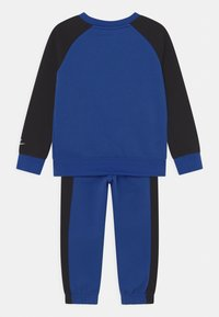 Nike Sportswear - OVERSIZED FUTURA CREW SET - Chándal - game royal/black/white - 1