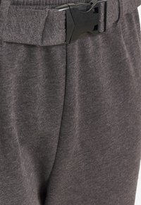 Missguided Plus - PLUS CARGO JOGGER WITH BUCKLE - Tracksuit bottoms - charcoal - 2