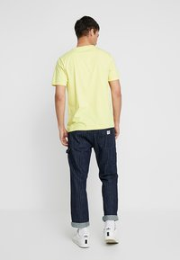 Lee - EMBLEM TEE - Print T-shirt - yellow sign - 2