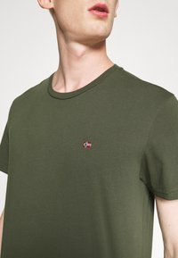 Napapijri - SALIS - T-Shirt basic - green depths - 5