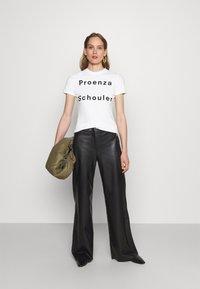 Proenza Schouler White Label - SOLID LOGO  - Print T-shirt - white - 1