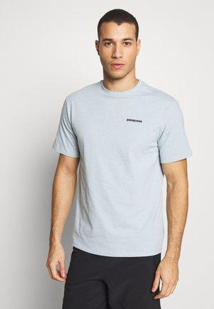 LOGO RESPONSIBILI TEE - Print T-shirt - big sky blue