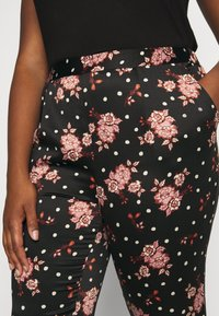 CAPSULE by Simply Be - PRINTED TAPERED TROUSERS - Bukse - black/coral - 5