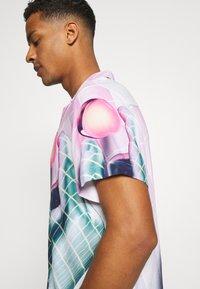 PRAY - VORTEX SHIRT UNISEX - Print T-shirt - multicoloured - 5