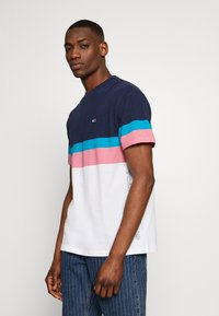 Tommy Jeans - GRAPHIC COLORBLOCK TEE - Print T-shirt - twilight navy - 3