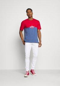 adidas Originals - SLICE BOX - T-shirt z nadrukiem - crew blue/scarlet - 1