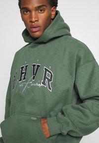 WRSTBHVR - HOODIE CRUSH - Sweatshirt - green - 5