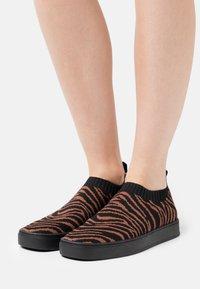 MAX&Co. - OYA - Sneakers laag - marron - 0