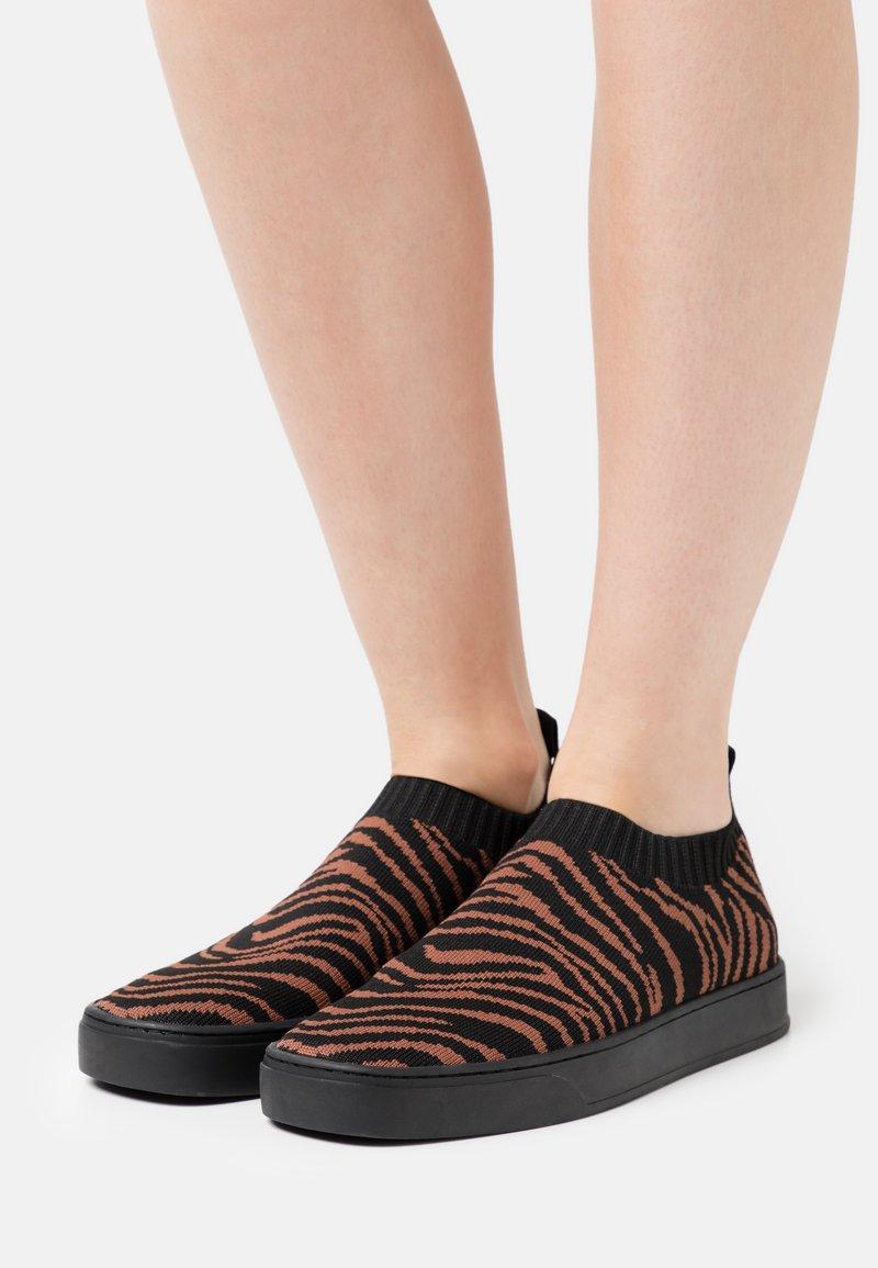MAX&Co. - OYA - Sneakers laag - marron