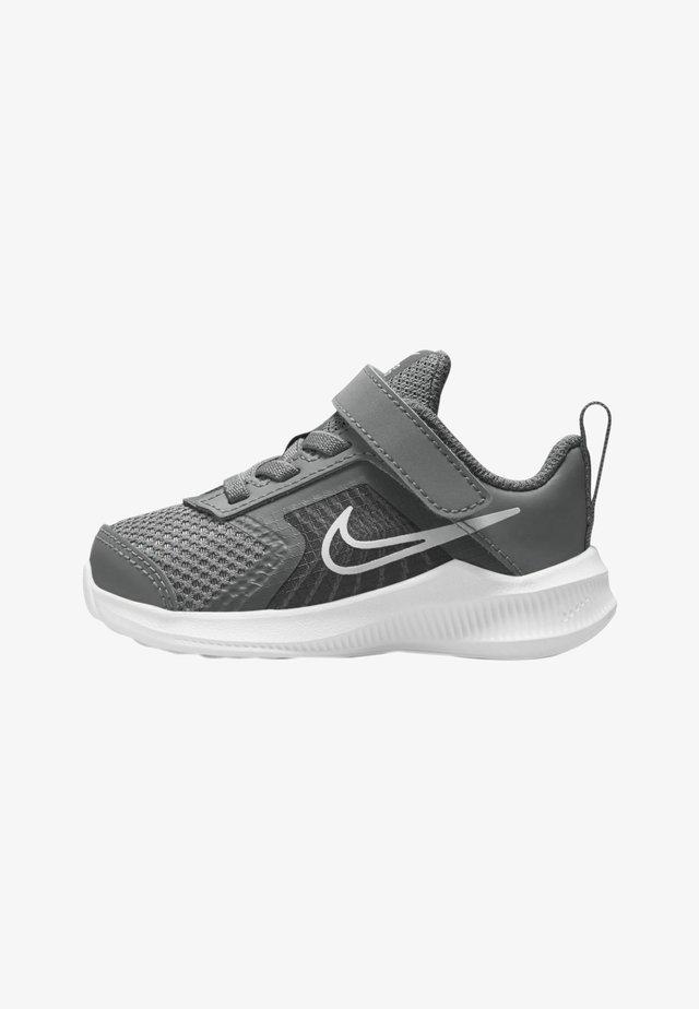 DOWNSHIFTER 11  - Hardloopschoenen neutraal - smoke grey/iron grey/white