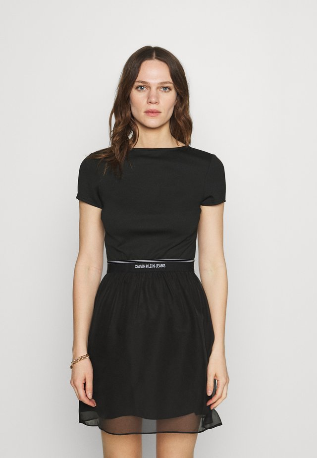 LOGO WAISTBAND DRESS - Jerseyjurk - black