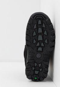 Timberland - CHILLBERG 2-STRAP GTX - Zimní obuv - black - 5