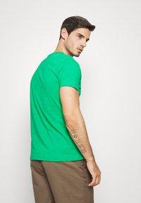 Tommy Hilfiger - GLOBAL STRIPE TEE - T-shirt z nadrukiem - green - 2