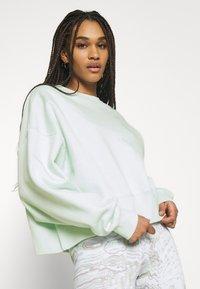 Nike Sportswear - CREW TREND - Sudadera - barely green/white - 3