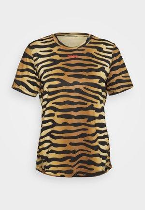 CATO TEE - T-shirt z nadrukiem - brown