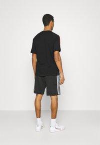 adidas Originals - TRICOL TEE UNISEX - Camiseta estampada - black - 2