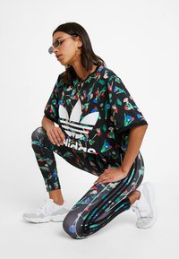 adidas Originals - TIGHTS - Leggingsit - multicolor