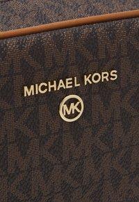 MICHAEL Michael Kors - JET SET CHARM ZIP TRAVEL POUCH - Trousse - acorn - 4