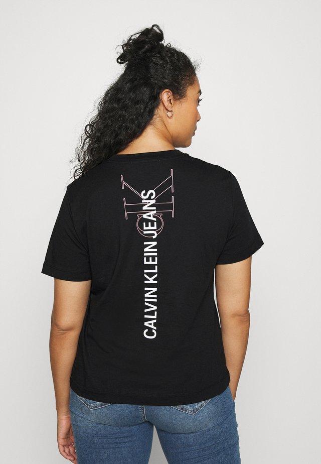 PLUS VERTICAL LOGO TEE - Print T-shirt - black