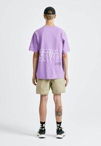 PULL&BEAR - T-shirt con stampa - purple - 2