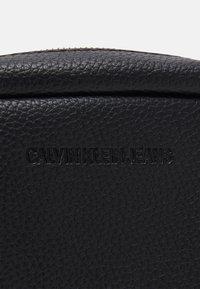 Calvin Klein Jeans - DOUBLE ZIP CAMERA BAG - Olkalaukku - black - 4