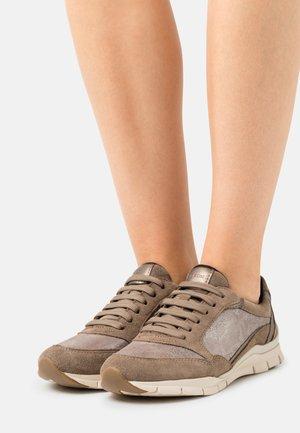 SUKIE - Sneakers laag - dark beige