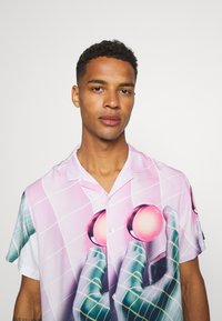 PRAY - VORTEX SHIRT UNISEX - Print T-shirt - multicoloured - 4
