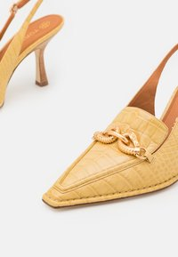Tory Burch - JESSA POINTY TOE SLINGBACK - Classic heels - light yellow - 5