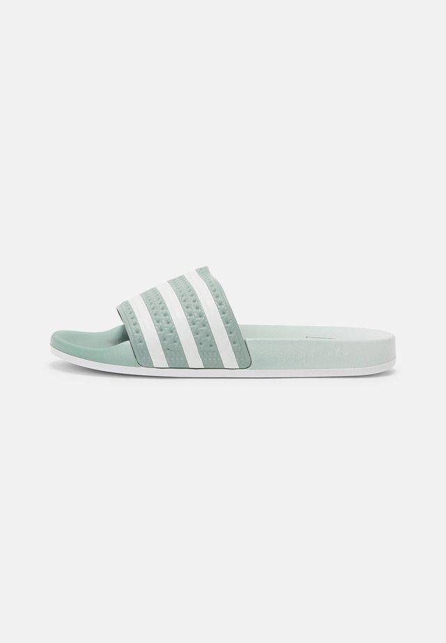ADILETTE UNISEX - Sandalias planas - hazy green/white