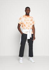 Kickers Classics - TWO TONE TEE - T-shirt z nadrukiem - orange - 1