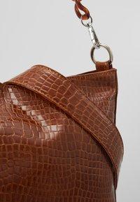 HVISK - AMBLE CROCO - Handbag - chocolate - 6
