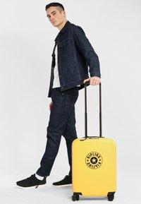 Kipling - CURIOSITY S - Wheeled suitcase - vivid yellow nc - 1