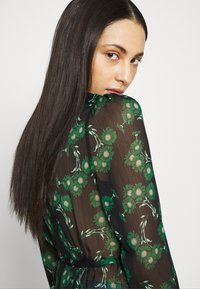 Topshop Tall - ARCH DAISY FLORAL BED - Blouse - green - 3