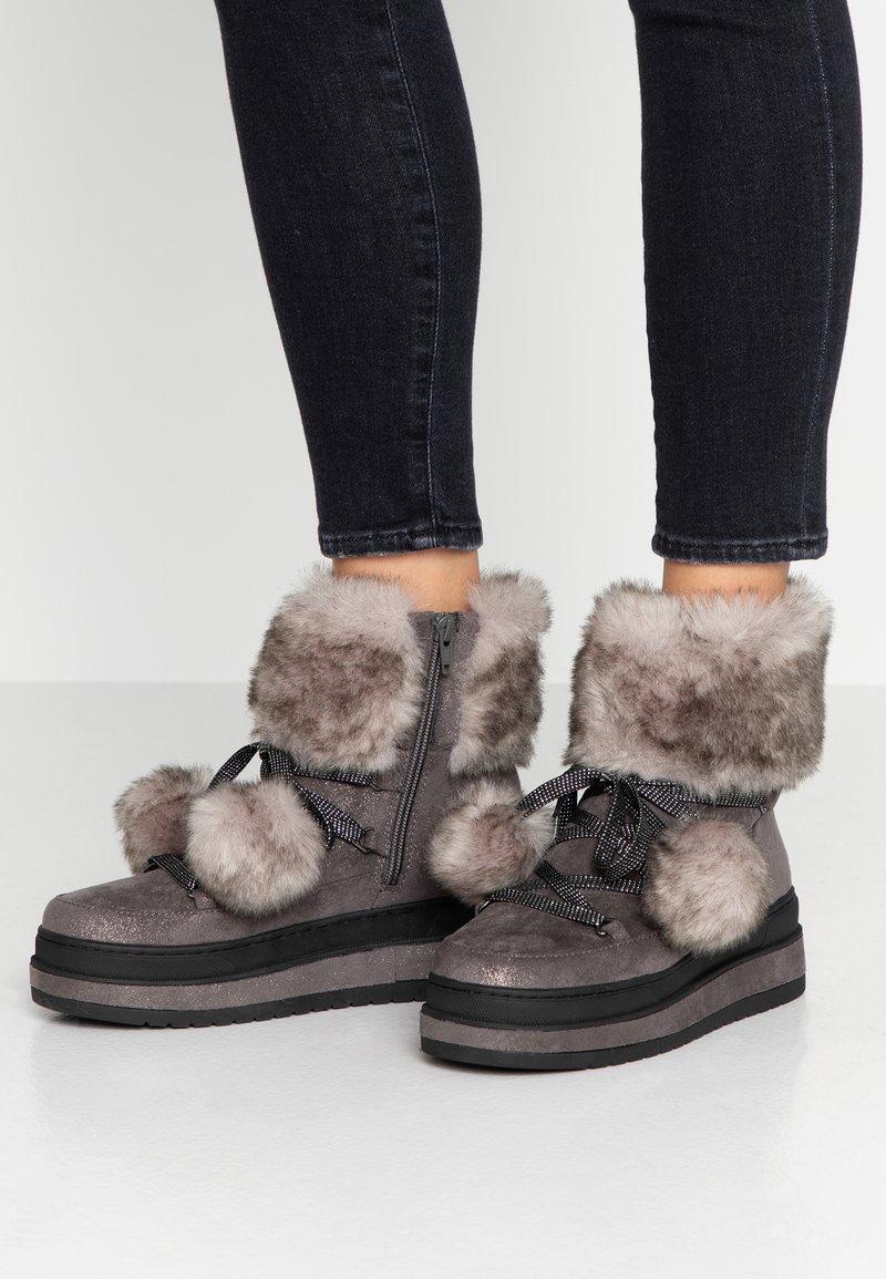 s.Oliver - Kotníkové boty na platformě - grey glitter