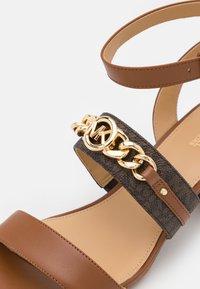 MICHAEL Michael Kors - ROXANE FLEX MID - Sandals - luggage - 6