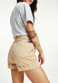 Tommy Jeans - TJW MOM BELTED  - Szorty - beige - 1