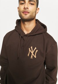 New Era - MLB NEW YORK YANKEES OVERSIZED SEASONAL COLOUR HOODY - Klubové oblečení - midnight brown - 3