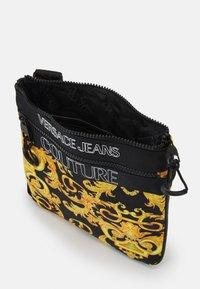 Versace Jeans Couture - UNISEX - Bandolera - black/gold - 3