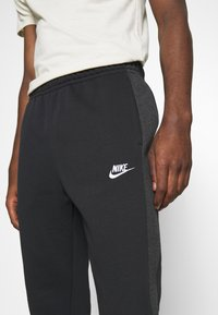 Nike Sportswear - Trainingsbroek - black heather/smoke grey/white - 4