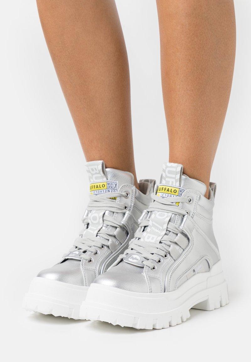 Buffalo - VEGAN ASPHA MID - Platform ankle boots - silver